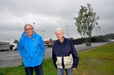 Årelang foreldrekamp: Henning Sætra (t.v) og Fredrik Dahl på Skolejordet 3 i Trøgstad. Til uka kommer svaret på vilke firmaer som vil bygge leilighetene til barna deres.