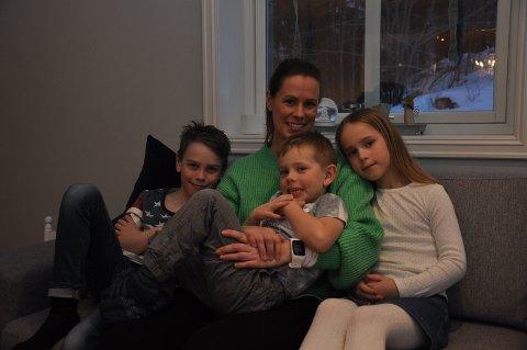 Sofakos: Adrian (9), Viktor (4), Anne Lena (33) og Mia (7) stiller gjerne som statister i filmer og tv-serier.