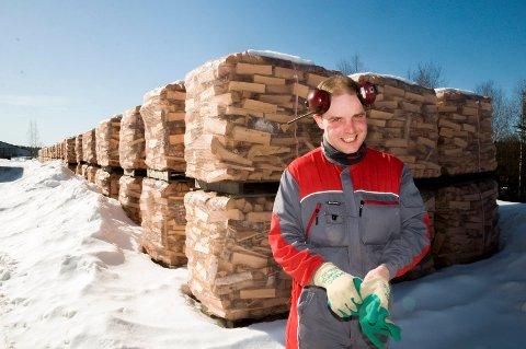 500 PALLER: Robin Klund (26) har sikret seg kortreist virke til sin vedproduksjon. Over 500 nyproduserte paller med ved står nå til tørk i vårsola.