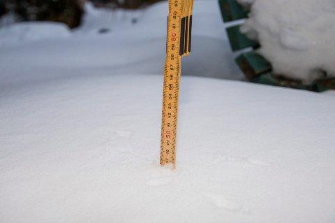 47 CENTIMETER: Tommestokken går 47 centimeter ned i snøen før den treffer bakken. Bildet er tatt i Kroksundveien på Havnås torsdag morgen.