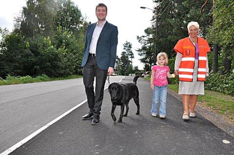 18. august 2011: Det var fest og jubel da 1,1 kilometer fylkeskommunalt fortau ble åpnet i Askim. Fylkespolitiker Per Inge Bjerknes, førerhunden Bossmann, bruker Ida Berntzen og veivesenet Tove Stubø Johnsen var meget fornøyd med dagen.