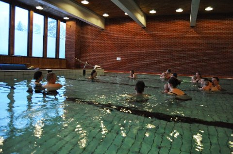 Vannet i Trøgstad-badet er nå kun 28 grader. Ifølge forskriftene skal det holde en temperatur på 34 grader.