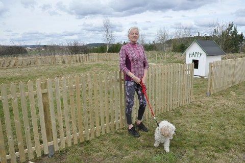 Ved Elisabeth Hveems bolig bygges det luftegård, hundehus og lysthus for hundehagen.