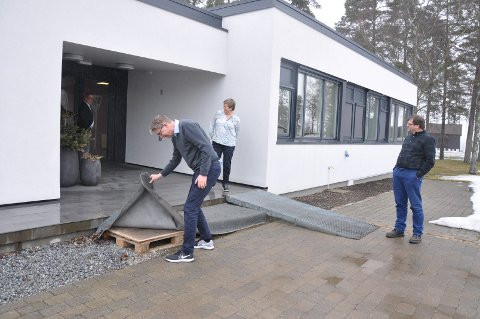 Byggeplass: Svein Olav Agnalt (Ap), Jan-Ivar Lorentzen (Ap), Anne Grethe Larsen (Sp) og Thomas Graff (KrF) inspiserer uteområdene på det nylig oppussede herredshuset.