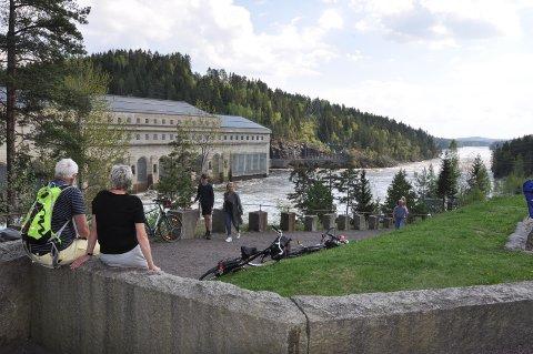 MYE FOLK: Øystein Rafoss anslår at flere tusen mennesker besøkte Solbergfoss-anlegget for å se den høye vannføringen og kreftene i fossen.