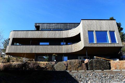 SKILLER SEG UT: Den spesielle boligen har buede vegger og relinger, 140 kvadratmeter dekksterrasse, koøye, baug, akterdekk, flybridge og landgang.