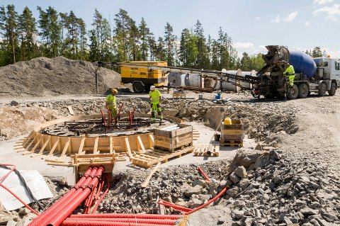 STØPER: Betong Øst fra Mona kommer med betongbil, og så kan støpingen av et nytt fundament til en vindmølle starte. Det er Askim Entreprenør som støper fundamentene.