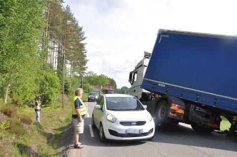 Tomm Fjærvoll fra Askim var ikke sen om å melde seg til frivillig innsats da en lastebil sperret Trøskenveien like sør for Skiptvet-grensa ved Nordby.