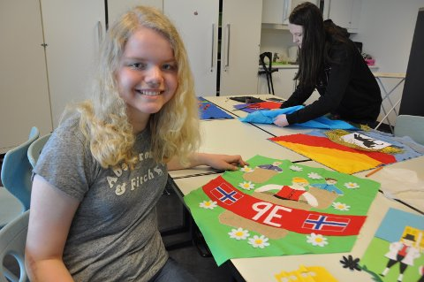 SEKKELØP: Viola Aunes motiv forestiller en sekkeløp-konkurranse som er en tradisjonell aktivitet på 17. mai.