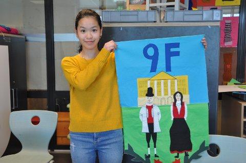 KONGELIG MOTIV: Lisa Nguyen tenkte mest på slottet og mennesker i bunader da hun skulle designe et forslag til fane. Nå er den i ferd med å ferdigstilles.
