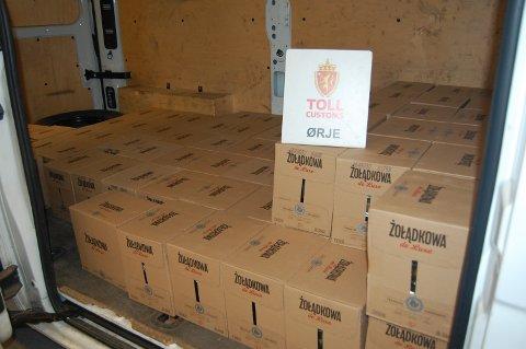 KASSE PÅ KASSE: Smugleren hadde lastet opp bilen med flere kasser polsk urtebrennevin.