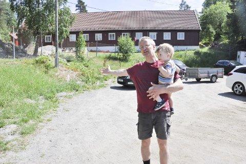 PÅ PARKERINGSPLASSEN: Rainer Ekseth i Gravstjernets venneforening viser at det nye toalettet vil stå på parkeringsplassen ved pumpehuset, like ved bommen til Trøgstad fort. Her er han sammen med sønnen Benjamin på 16 måneder.