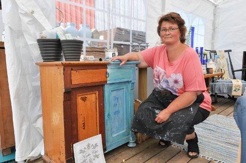 Nina Mathiesen forvandler gamle møbler til nye skatter med noen strøk kalkmaling. Hun mener det er svært viktig å bevare gamle møbler.