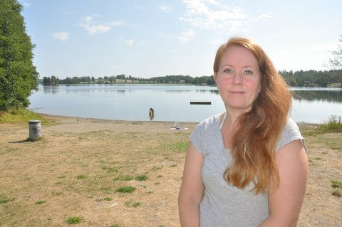 Linda Carine Kanestrøm fra Spydeberg kvier seg for å dra på Hallerudstranda på grunn av alle sigarettsneipene og snusposene som ligger strødd på stranda.