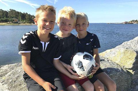 GLEDER SEG: Huse-guttene Max (f.v.), Birk og Jo Huse er alle spente og forventningsfulle før fotballmoroa på Ekebergsletta.