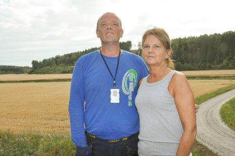 Morten Sandberg (52) og Margareta Johannesen (54) er ikke fornøyd med internettforbindelsen i Hobøl.