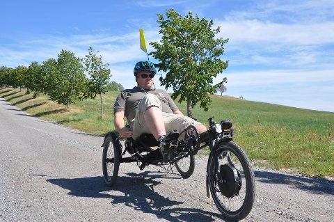 PÅ VEI: Trehjulssykkel er et godt hjelpemiddel så Rygge kan komme seg ut i naturen.