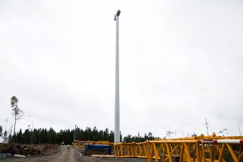 HØYT: Bare tårnbygningen er på 147 meter. Når rotorbladene er montert øker høyden til 210 meter, målt til spissen av vingen som står rett opp.