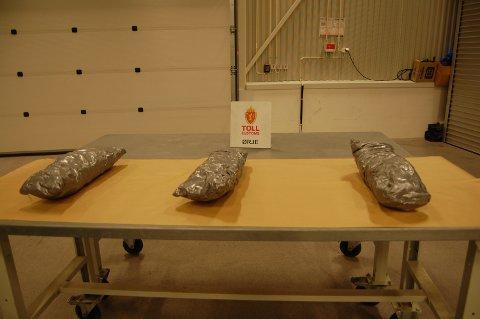 Til sammen ble det gjort beslag av drøyt 3,7 kg marihuana da smuglerne ble stoppet.