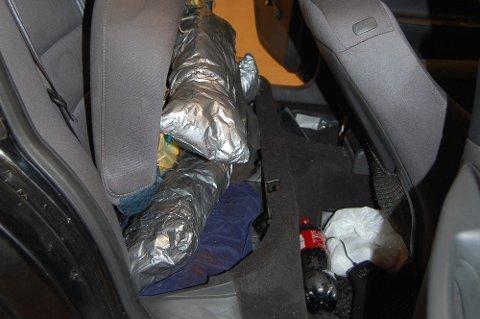 Tollerne fant flere pakker med narkotika da de undersøkte bilen. Blant annet under setene.