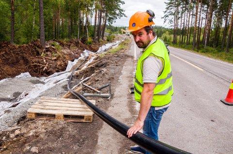 STRØMKABEL: Kiliometervis med høyspentkabel rulles nå ut i grøfta mellom Marker vindpark og Hafslunds trafostasjon på Ørje. Petter Lund i Scanergy fastslår at jobben skal være fullført innen årsskiftet.