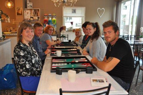 ALLE ER VELKOMMEN: Ada Nikolaisen Nyrud (25), Dag Kristiansen (50), Ida Merethe Berge (37), Michelle Flermoen (12), Lars martin Tjensvold (snart 18), Linn Benedikte Brakstad (23) og Cato Arnesen (30) vil gjerne ha flere medlemmer i Indre Østfold Backgammonklubb.