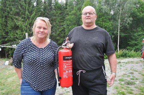 Søsknene Marit og Per Arne Espelund var raskt ute på brannstedet og fikk hindret at ilden spredte seg til skogen ved hjelp av et pulverapparat og kvister som de brukte til å slå ned flammene med.