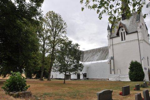 TV-SENDING: På dette grøntarealet utenfor Eidsberg kirke vil det settes opp benker og tv-skjermer, slik at de som ikke får plass inne i kirken kan følge seremonien ute.