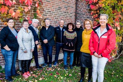 GÅR SAMMEN: Her er noen av dem som går sammen om å lage et nettverk for å hjelpe folk som sliter med mørke tanker. F.v. Lillian Kildal (Psykisk helse og rus), Marianne Søby (Øymark bygdekvinnelag og Rødenes Bygdekvinnelag), Tove Johansen (Rødenes Sanitetsforeing), Finn Wahl (kommunalt kriseteam), Morten Bakker (Ørje IL), Lene Jensen (Marker Speidergruppe), Else Marit Svendsen (Marker kommune), Anne-Thoril Horpestad (Marker kommune) og Mette Ane Therkelsen (Røde Kors Marker). Med på foreningssiden er også Lions Club Marker.