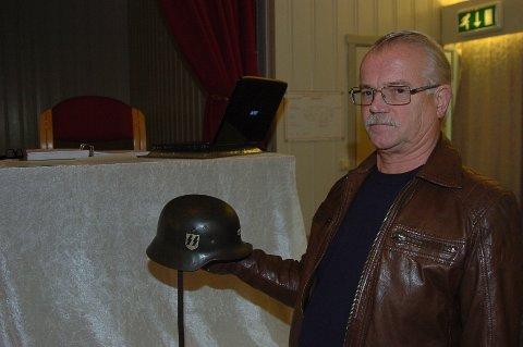 25.000: Bent Lundsrud viser her frem en hjelm fra Tyskland, som før auksjonen hadde startet hadde et bud på 25.000 kroner.