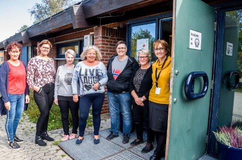 FLYTTER INN: Avdeling for psykisk helse og rus har overtatt de gamle lensmannskontorene på Ørje. Her er medarbeiderne som står klare til å hjelpe. F.v. Nina Løhren, Mona Haug, Hege Sydengen, Laila Ødegaard, Lilliann Kildal, Bjørg Olsson (virksomhetsleder) og Anne-Thoril Horpestad (avdelingsleder).