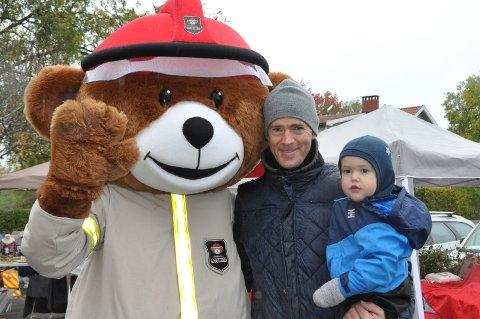 MØTTE BJØRNIS: Martin Andersson og Elliott Glitre Andersson (2) fra Ørje fikk hilse på brannmann-maskoten Bjørnis.