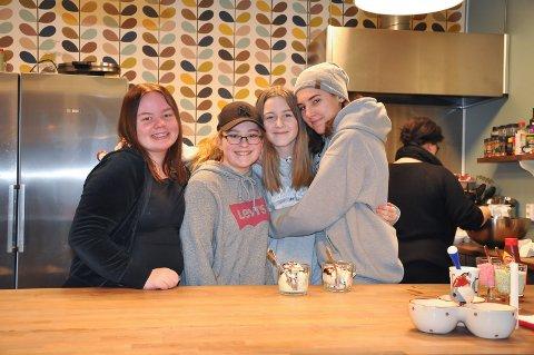 """Maren Emilie Sandtorp (14) (f.v), Michelle Syversen (14), Maria Victoria Homstvedt (13) og Emilie (Svinningen) benytter seg av tilbudet på """"Huset"""" omtret hver dag."""