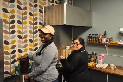 """Aisatou Jeng (t.v) og Jannicke Hauge Jansen lager mat til ungdommene på """"Huset"""". I dag står Aisatou for smoothie og Jannicke for pannekaker."""