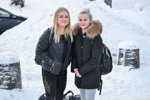 Eli Marie Holmsen og Julie Ødegård er elever ved Askim videregående skole. De sverger til den siste trenden med bare ankler på vinterstid.