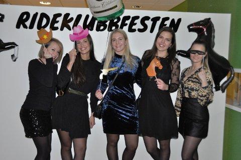 FOTOVEGG: Marianne Erthe, Marthe Jensen, Guro Gjerberg, Mathilde Johansen og Elise Rasmussen lot seg fotografere foran fotoveggen til rideklubbfesten.