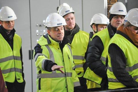"""Kraftverksjef Tord Wethelund forklarer ungdommen hvordan """"Vamma 12"""" fungerer."""