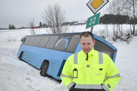 Avdelingsleder i Nettbuss, Christer Bredahl, forteller at de har gode rutiner når uhell skjer. Sjåføren som skled av veien med omlag 20 skoleungdommer er preget av hendelsen.