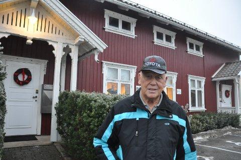SPØR ETTER KUNST: Tidligere kultur- og oppvekstsjef Harald Frorud lurer på hvor det er blitt av kunsten i Solheim.