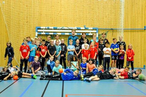 Rundt 40 barn prøver denne uken ut nye idretter i gymsalen på Askim Videregående skole.