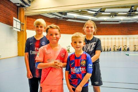 Leo (10), Sebastian (7), Isabel (10) og Herman (6) forteller at de har fått prøve mange nye idretter i høstferien.