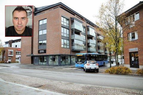 PARKERINGSBOT: Det var her, ved Lysverket i Askim, at Lukas Sobczak fikk parkeringsbot mens han hjalp en eldre dame ut av taxien og opp i leiligheten.