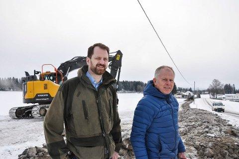 I GANG: Styreleder Tor Anders Olsen og prosjektleder Kjartan Eg Lodden så de første fiberkablene gå i jorda i Skiptvet, her langs nordre del av Vidnesveien.