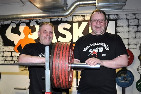 FIKK OGSÅ PRIS: Steinar Wahl (t.h.) var ikke selv til stede på forbundstinget, men ble tildelt hederstatuetten for sin innsats for styrkeløftsporten. Her med Per Øyvind Fjeld (t.v.)