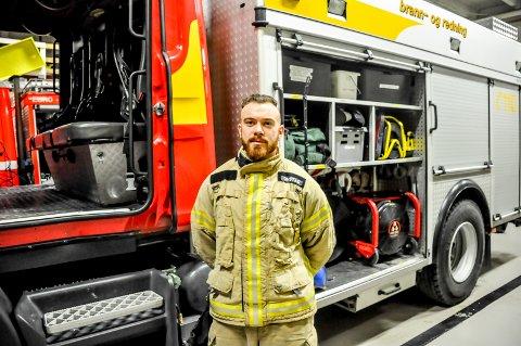 Magnus Arnesen begynte brannmannutdannelsen allerede i militæret. Han har funnet drømmeyrket og angrer ikke et sekund på valget.