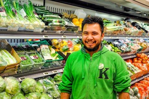 Ahmad Reza Rezae rømte til Europa og Norge som 15-åring. I dag er han butikksjef på Kiwi i Trøgstad.