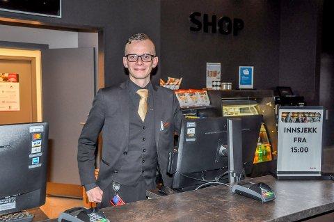 Markus Øpstad (24) elsker jobben sin som assisterende resepsjonssjef på Scandic Brennemoen.