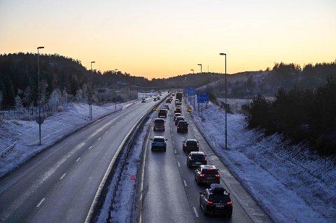 To biler kolliderte lørdag ettermiddag på E6 i retning Svinesund. Ingen personer kom til skade i ulykken, men det oppsto en hel del kø på stedet.