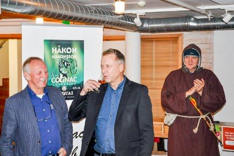 Saxe Frøshaug får første smaken av den nye lokale konjakken HåkonHåkonssonSuperieur.