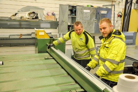 Ole Kristian Syverud og Kennet Martinsen jobber på verksted til Østfold Inneklima AS. De to arbeiderne høster lovord fra daglig leder Tommy Leret